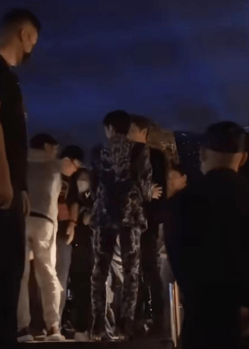 王源鹿晗在央视秋晚后台相遇,两人互动是亮点,没合作过但关系很铁