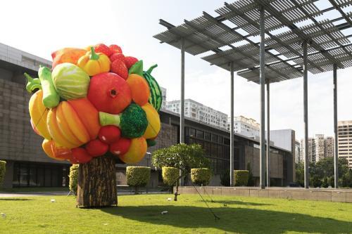 """户外艺术装置巨型""""水果树""""澳门展出"""