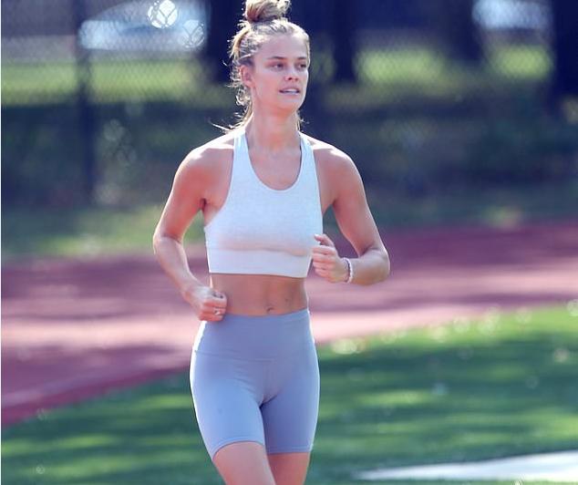 27岁丹麦超模,户外操场上练习瑜伽,腹部马甲线引人注目