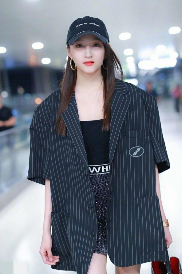 172cm关晓彤是偷穿鹿晗的衣服吗?条纹西装搭配短裙,十足BF风!