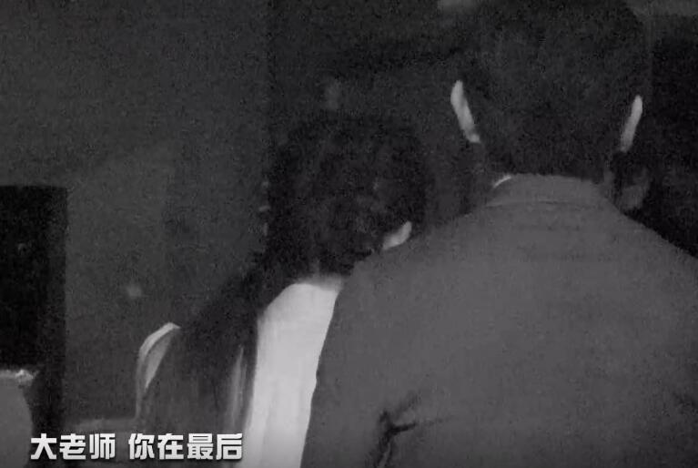 杨幂怕黑,下意识对黄明昊做出一个动作,暴露出她对弟弟的依赖!