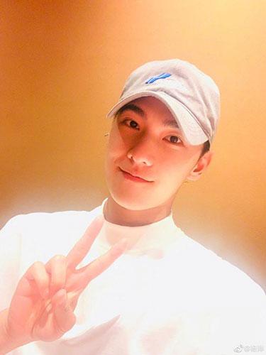 杨洋晒照庆祝28岁生日 微笑比V阳光帅气
