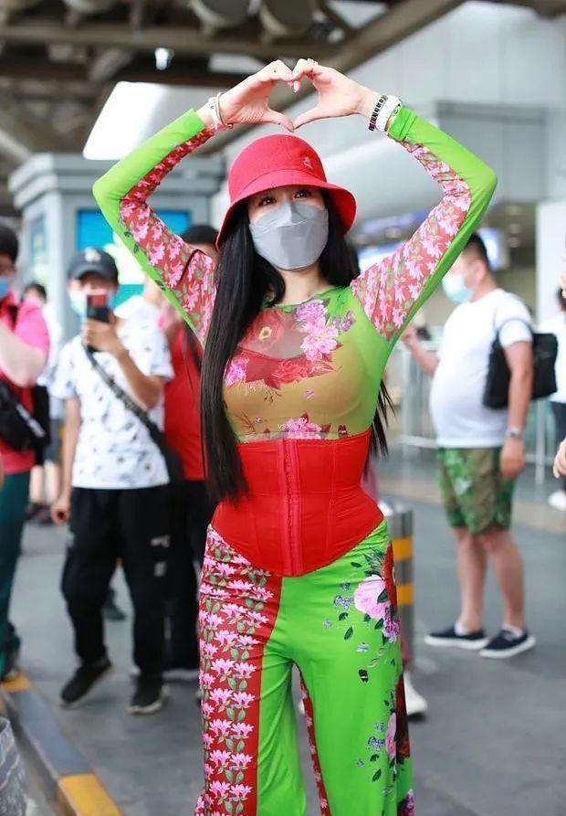 """49岁钟丽缇太奇葩!一身红绿搭配穿成""""翠花"""",和老公比心秀恩爱"""