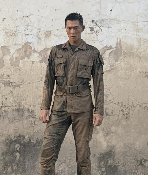 杨洋拍新戏穿军装路透照曝光,网友:皮肤晒黑了不少,挺拔有气质
