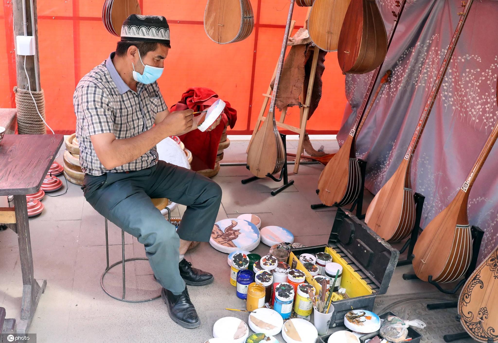 乌鲁木齐手鼓绘画助增收吸引众多游客前来选购日入千元