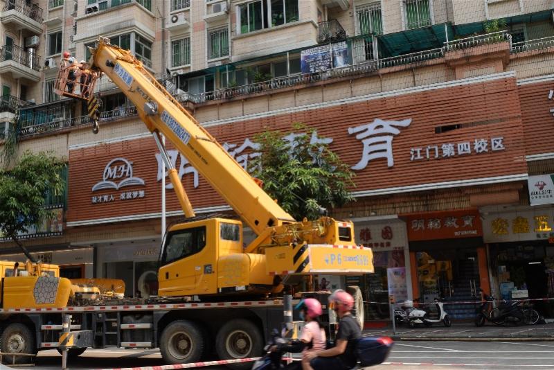 巨型广告牌被拆除!江门整治134处阻碍消防救援窗口的户外广告